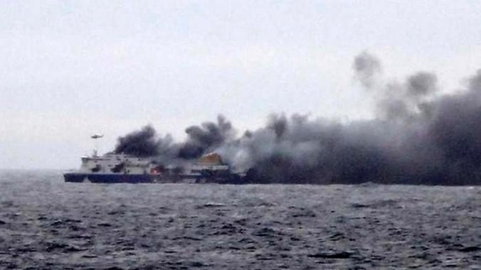 На борту горящего итальянского парома остаются более 300 пассажиров