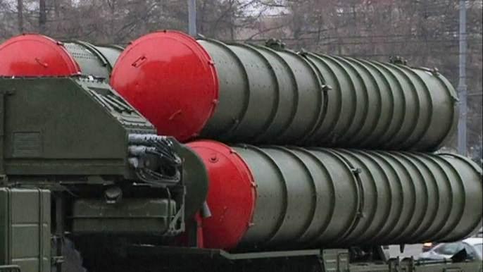 К Театру российской армии в Москве привезли ракетные комплексы С-400 (видео)