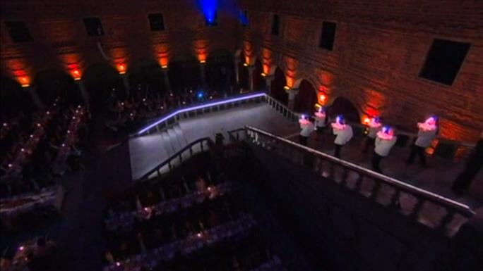 На банкете в честь Нобелевских лауреатов сотни гостей отведали филе изюбра и королевского краба (видео)