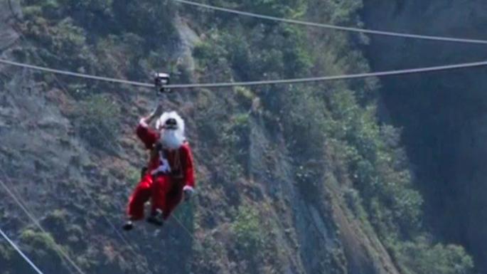 Бразильский Санта спустился к детям по канатной дороге