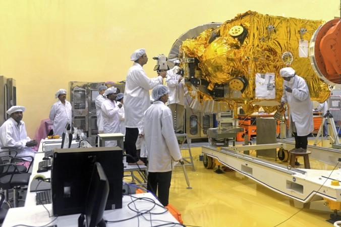 Учёные и инженеры работают над аппаратом, который отправится к Марсу, в Центре Индийской организации космических исследований (ISRO), Бангалор, 11 сентября 2013 года. Индия постепенно увеличивает темпы создания космических аппаратов, которые будут выполнять как гражданские цели, так и военные задачи. Фото: Manjunath Kiran/AFP/Getty Images
