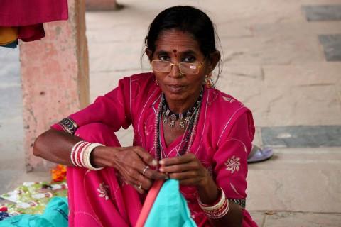 Рукодельница Саму Бай вышивает одежду во время выставки «Женщины Индии», где были представлены изделия ручной работы со всей Индии. Фото: Venus Upadhayaya/Epoch Times