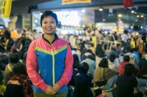 Тина Лук на митинге на «зонтичной площади» — основном месте продемократических протестов в Гонконге, которое было зачищено 11 декабря. Она регулярно рассказывает друзьям и соседям о преимуществах демократического правительства. Фото: Benjamin Chasteen/Epoch Times