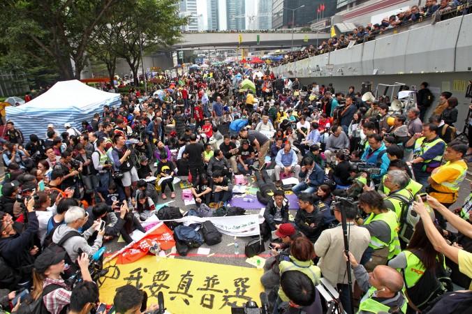Протестующие и законодатели (пан-демократы) проводят сидячую забастовку в Адмиралтейском районе на месте протестов, Гонконг, 11 декабря 2014 года. Фото: Poon Zai Shu/Epoch Times
