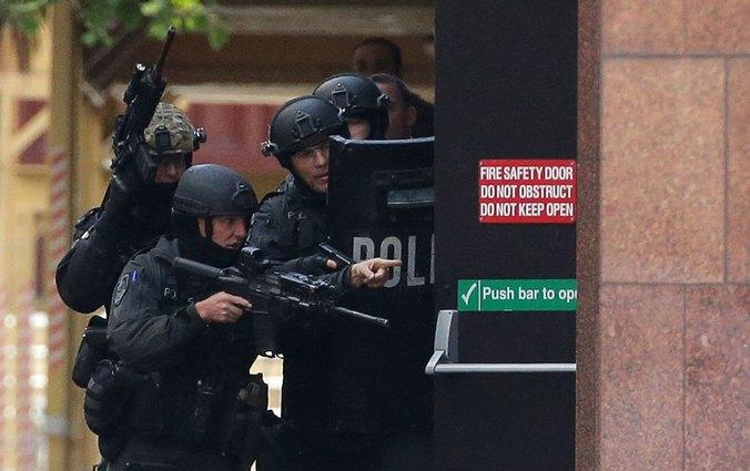 Штурм полицейскими кафе в Сиднее с целью освобождения заложников. Фото: Mark Metcalfe/Getty Images