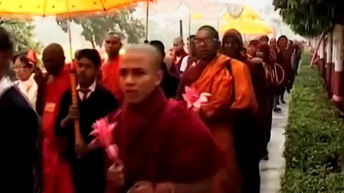 Шествие заканчивается у самого главного храма буддистов – Махабоди. Скриншот видео.