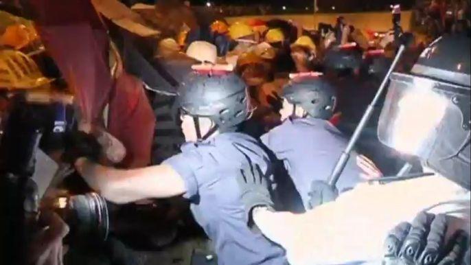 Протестующие попытались окружить правительственный квартал, чтобы не пустить чиновников на работу в понедельник утром. Скриншот видео.