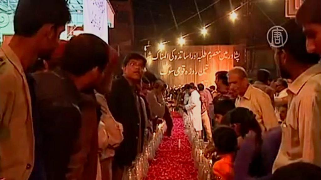 В крупнейшем городе Пакистана, Карачи, прошёл вечер памяти со свечами. Скриншот видео.