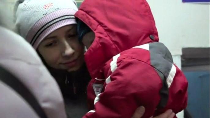 Поврежденная инфраструктура, отсутствие электричества, горячего водоснабжения и отопления усложняют и без того непростую жизнь людей на территории конфликта. Скриншот видео.