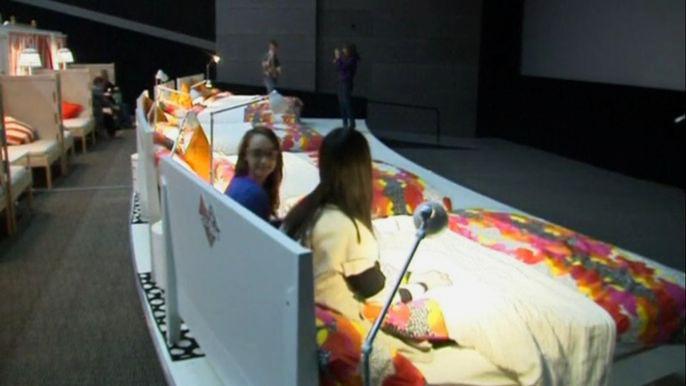 В кровати разрешено даже есть и пить. Скриншот видео.