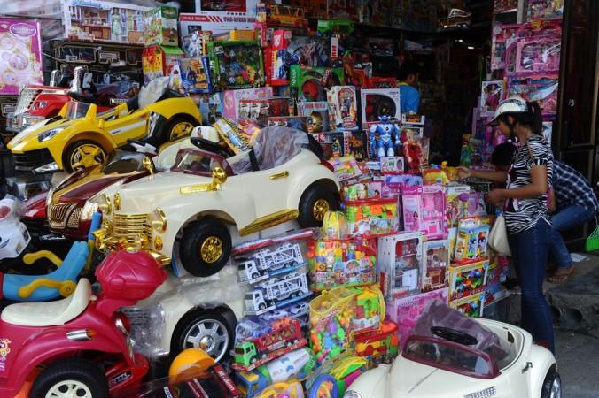 Ларёк с китайскими игрушками на рынке во Вьетнаме, 23 сентября 2014 года. В ноябре французская таможня изъяла большое количество поддельных и низкокачественных игрушек из Китая. Фото: Hoang Dinh Nam/AFP/Getty Images