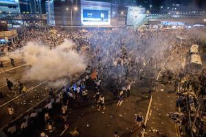 Демонстранты расходятся после применения слезоточивого газа во время протестов в Гонконге 28 сентября 2014 года. Фото: Anthony Kwan/Getty Images