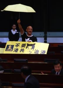 Жёлтый зонтик (символ движения «Оккупируй Централ») в руках Альберта Чаня всё объясняет. Фото: Aaron Tam/AFP/Getty Images