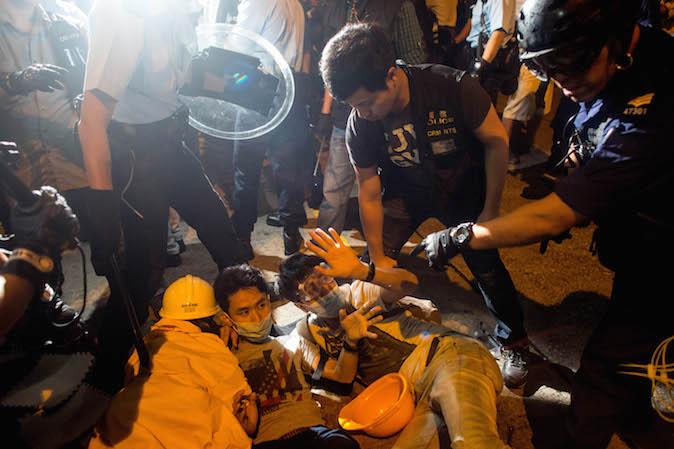 Полицейские задерживают юных протестующих. Фото: Chris McGrath/Getty Images