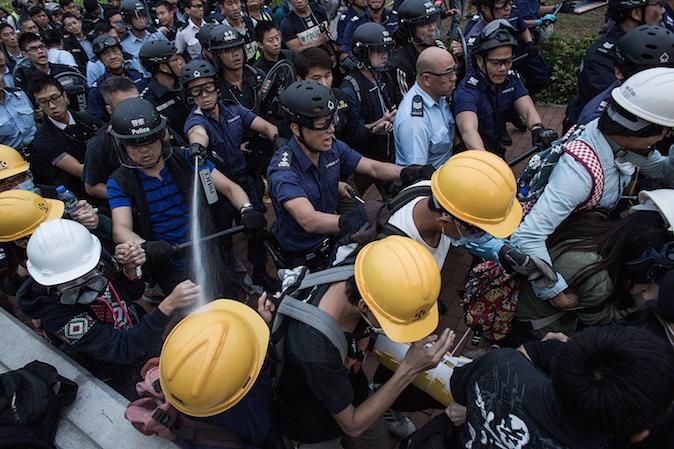 Столкновение протестующих с полицейскими возле правительственного комплекса в Адмиралтейском районе 1 декабря 2014 года, Гонконг. Фото: Lam Yik Fei/Getty Images
