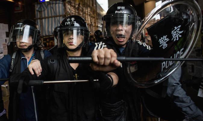 Почему полицейские Гонконга били протестующих?