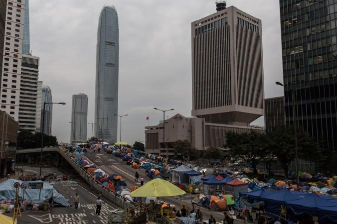 Лагерь протестующих расположен на улице Harcourt Road. Это многополосная дорога проходит через сердце финансового района, 1 декабря 2014 года, Гонконг. Фото: Anthony Wallace/AFP/Getty Images