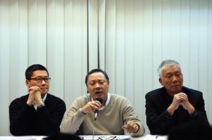 Продемократический активист Бенни Тай (в центре) принял участие в пресс-конференции вместе с Чхань Кхинь-манем (слева) и Чу Иу-мином (справа), Гонконг, 2 декабря 2014 года. Фото: Johannes Eisele/AFP/Getty Images