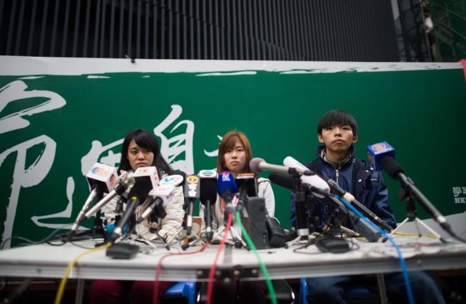 (Слева-направо) Принц Вон, Изабелла Ло и Джошуа Вон выступают перед прессой в главном лагере продемократического движения в Адмиралтейском районе Гонконга 3 декабря 2014 года. Фото: Johannes Eisele/AFP/Getty Images