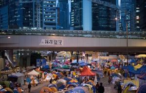 Люди ходят по улице в главном месте протестов в Адмиралтейском районе Гонконга 4 декабря 2014 года. Фото: Johannes Eisele/AFP/Getty Images