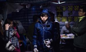 Лидер Scholarism Джошуа Вон (в центре) идёт на пресс-конференцию в главном лагере продемократического движения в Адмиралтейском районе Гонконга 4 декабря 2014 года. Фото: Johannes Eisele/AFP/Getty Images