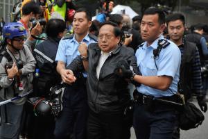 Полицейские арестовывают законодателя Альберта Хо Чунь-яня (Albert Ho Chun-yan) во время зачистки в Адмиралтействе. Фото: Lucas Schifres/Getty Images