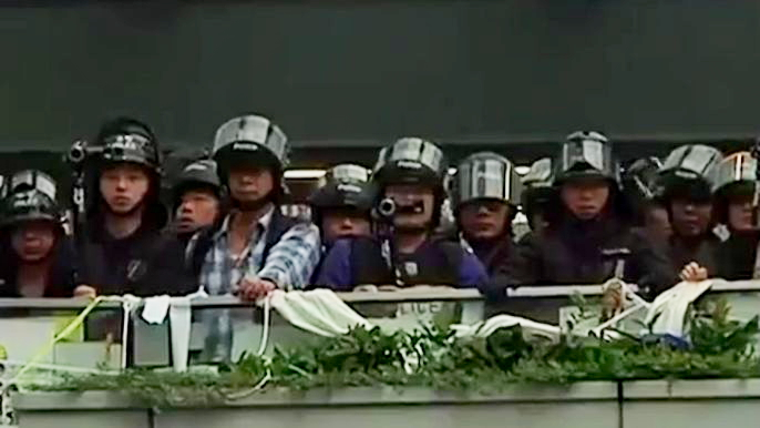 В Гонконге усилилось противостояние между протестующими и полицией (видео)