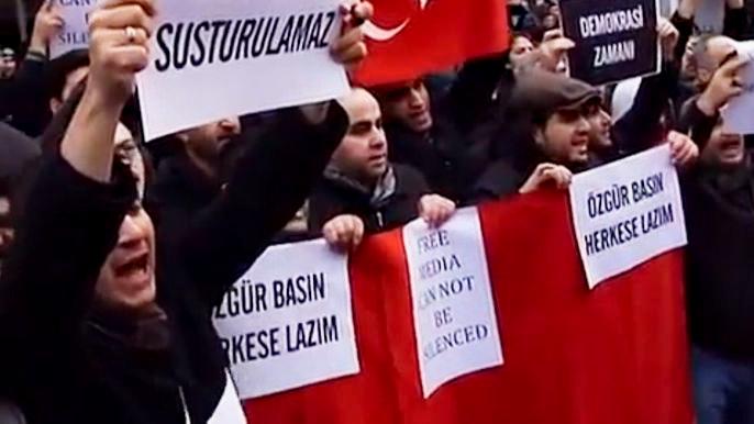 В общей сложности турецкая полиция задержала 24 человека, включая высших руководителей и бывших начальников полиции. Скриншот видео.