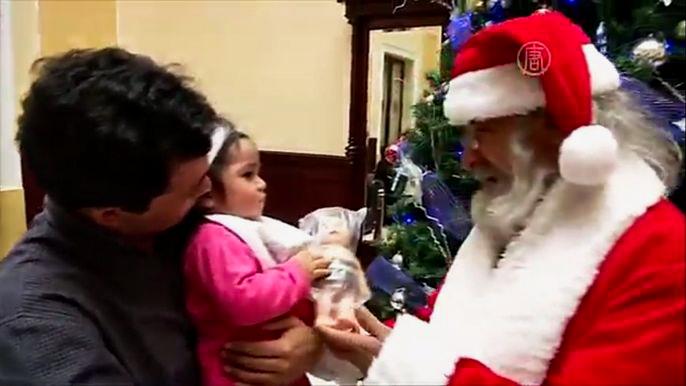 Конечно, все здесь давно уже знают, что весёлый Санта, на самом деле, - их коллега Дэвид Кортес. Скриншот видео.