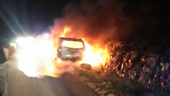 Израильские спасатели пытаются потушить автомобиль, в который бросили бутылку с зажигательной смесью.  Скриншот видео.