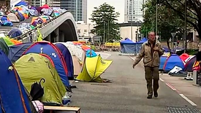 Гонконгские продемократические протестующие остаются в палаточном лагере несмотря на то, что лидеры движения призвали их разойтись, а сами сдались властям. Скриншот видео.