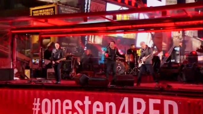 Легендарный коллектив отыграл на площади Таймс-сквер несмотря на отсутствие лидера и вокалиста Боно. Скриншот видео.