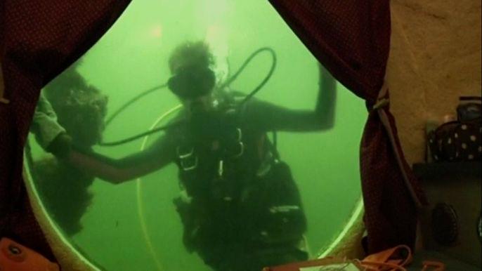 Условия жизни у профессоров были весьма спартанские: в небольшом помещении, расположенном на глубине 7,5 метров, уместилась кухня и две спальни, зато каждый день из иллюминаторов они наблюдали подводный мир во всей его красе. Скриншот видео.