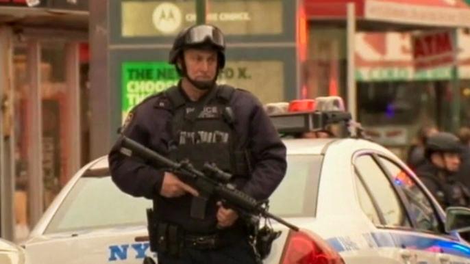 Исмаил Бринсли застрелил Рафаэля Рамоса и Вэньцзяня Лю в их служебной машине во время дежурства. Скриншот видео.