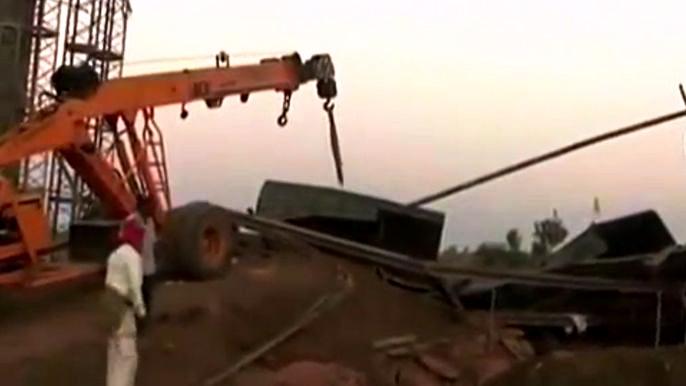 Около 40 человек могут оставаться под завалами в результате обрушения строящегося моста в Индии (видео)