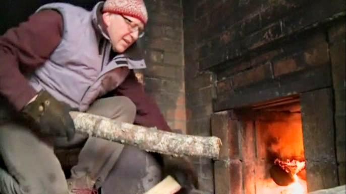 Этот древний способ растопки известен в Эстонии с 13-го века и до сих пор популярен на юге страны: там насчитывают около 200 бань с открытым очагом. Скриншот видео.