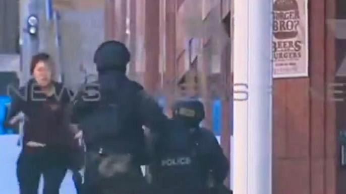 Пятерым заложникам удалось сбежать из кафе в Сиднее (видео)