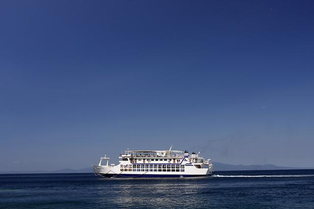 Горящий у берегов Греции паром потерял управление