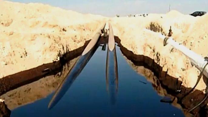 В ходе ремонта трубопровода в среду вечером миллионы литров сырья разлились в природном заповеднике по площади в 80 гектаров.  Скриншот видео.
