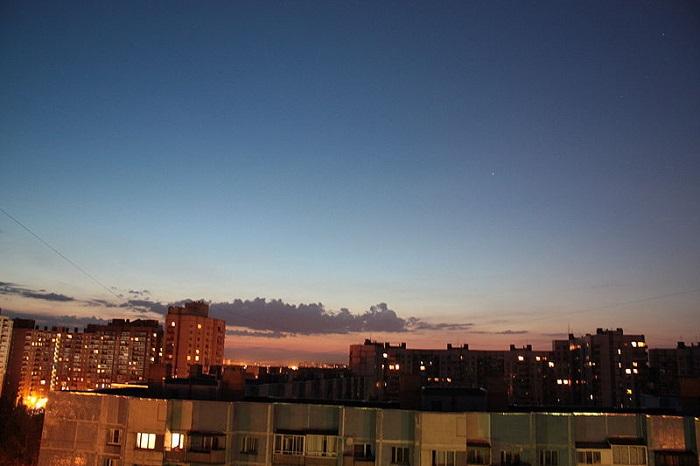 Навигационные сумерки спустя месяц после летнего солнцестояния, Санкт-Петербург. Солнце на 9°14′ за горизонтом. Фото: Осенняя мгла/commons.wikimedia.org
