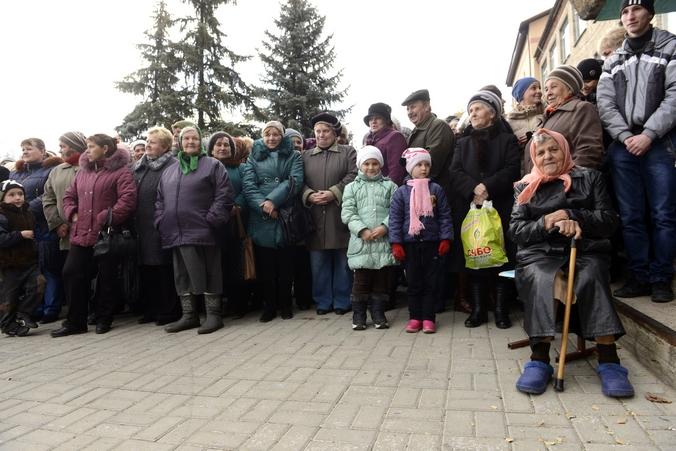 Жители Донецкой области, 2 ноября, 2014 год. Фото: Alexander KHUDOTEPLY/AFP/Getty Images
