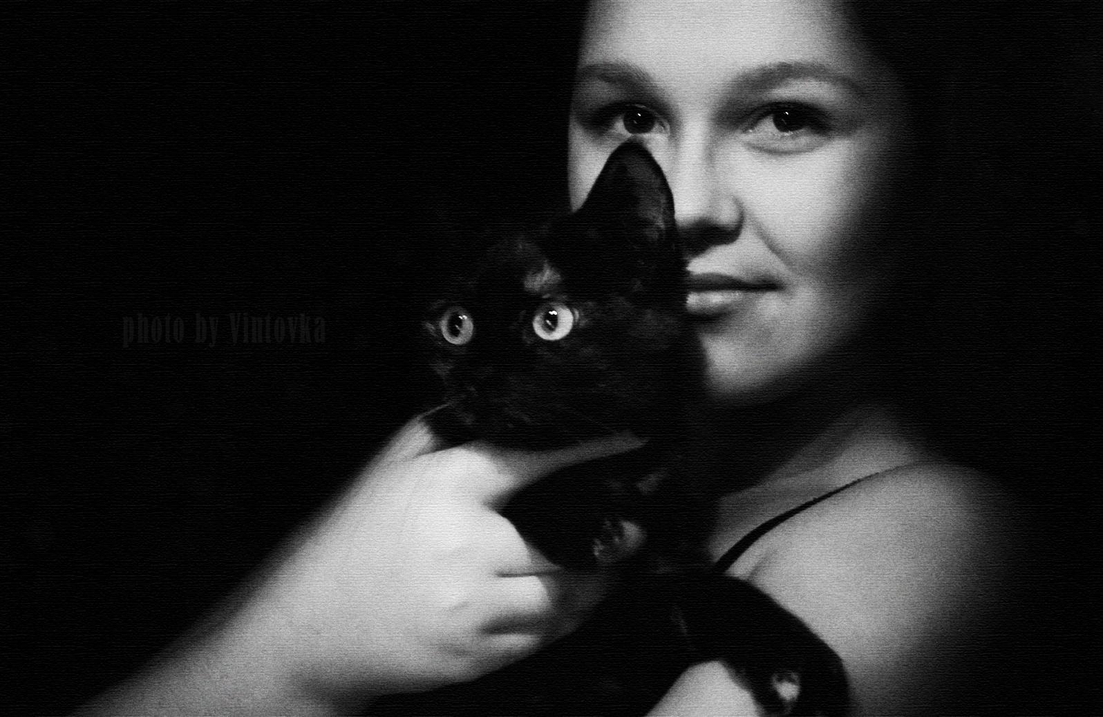 Карина, моя дочка и наша кошка Мася. Одна из самых любимых моих моделей, которых я фотографирую. Фото: Марина Куренбина