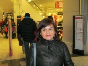 Пуэрто-Монт, Чили, Глэдис Хернандез, 44 года, продавщица: В нашем гимне заложены многие идеалы, которые формировались на протяжении поколений. Я думаю, в других странах дело обстоит точно так же. Теперь в условиях глобализации все идеалы изменились, повсюду царит культ потребления, а человеческие ценности определяют транснациональные корпорации. В мире распространена миграция, все стараются найти лучшее место для жизни, повсюду можно видеть разные расы и культуры, поэтому теперь трудно выделить специфические особенности каждой страны. Креолы все имеют смешанное происхождение. Название страны ― единственное, что осталось. Почти все традиции были утрачены, осталась лишь маленькая группа людей, которые по-прежнему пытаются их сохранить. Поэтому в новом гимне было бы трудно сформулировать образ страны.