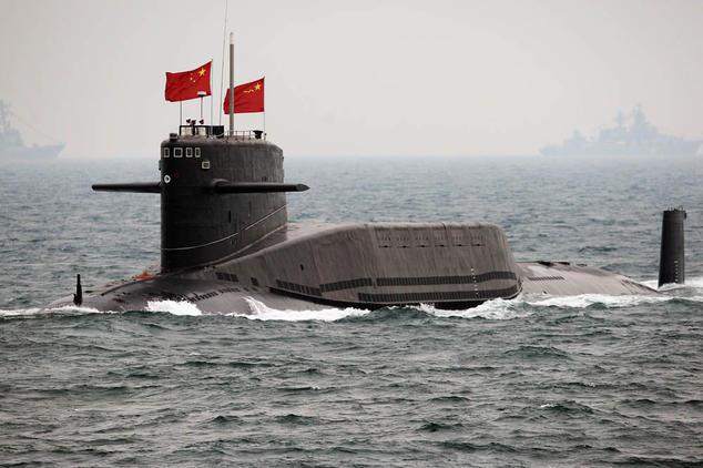 Подводная лодка ВМС Китая выходит в море 23 апреля 2009 года. Китай хочет к 2020 году установить ядерные ракеты на пяти подводных лодках. Однако эксперты сомневаются в надлежащем контроле за подводным ядерным оружием. Фото: Guang Niu/AFP/Getty Images