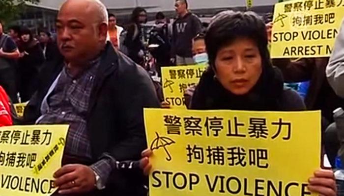 В Гонконге началась расчистка основного места протестов от баррикад (видео)