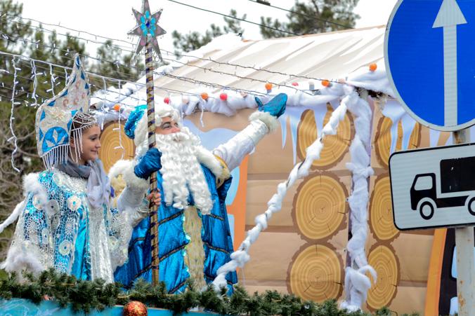 Новороссийск встретил автопоезд Деда Мороза. Фото: Андрей Михайловский/Великая Эпоха