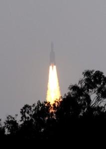 Ракета для вывода геостационарных спутников GSLV-MkIII стартует 18 декабря 2014 года, Индия. Фото: STRDEL/AFP/Getty Images