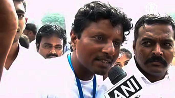 Индусы составили живой национальный флаг из 50 000 человек (видео)
