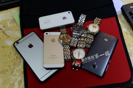 Телефоны и часы, принадлежащие четырём мужчинам, которые попрошайничали на улице в мегаполисе Чунцине. Они были задержаны полицией 6 декабря 2014 года после того, как житель сообщил, что они мошенники. Фото: скриншот/Chongqing Evening News
