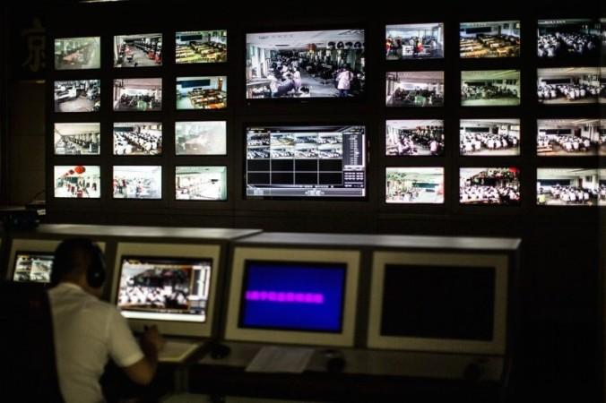 Пункт наблюдения в профессионально-техническом училище Ланьсян в провинции Шаньдун имеет более 50 экранов, которые контролируют каждый класс. 20 ноября департамент образования в провинции Гуйчжоу издал новый план мониторинга университетов и колледжей, предусматривающий установку камер наблюдения во всех аудиториях. Фото: скриншот/163.com